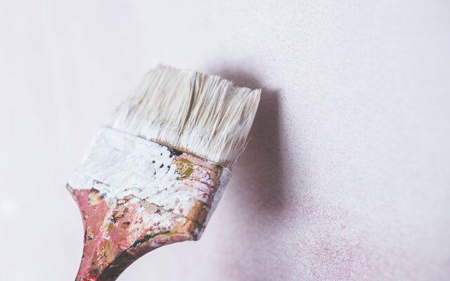 schilderkwast voor verven van een deur